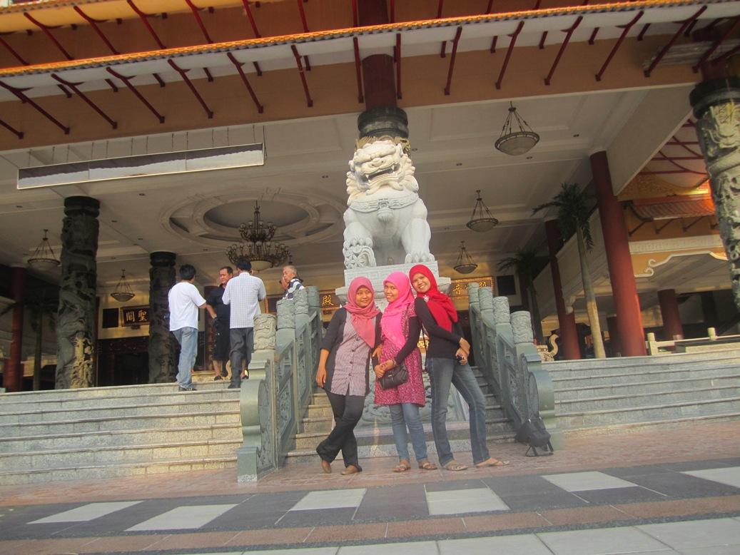 Kak Tiwi, Rahma, Kak Siti di depan Patung