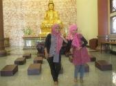 Kak Tiwi dan Rahma di depan Patung Kwan Inn