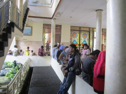 Pengunjung yang berteduh di  Masjid Atta'awun