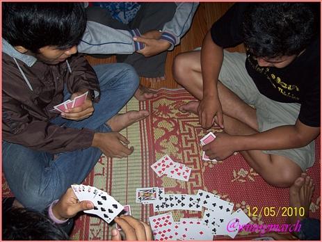 Main kartu di malam hari