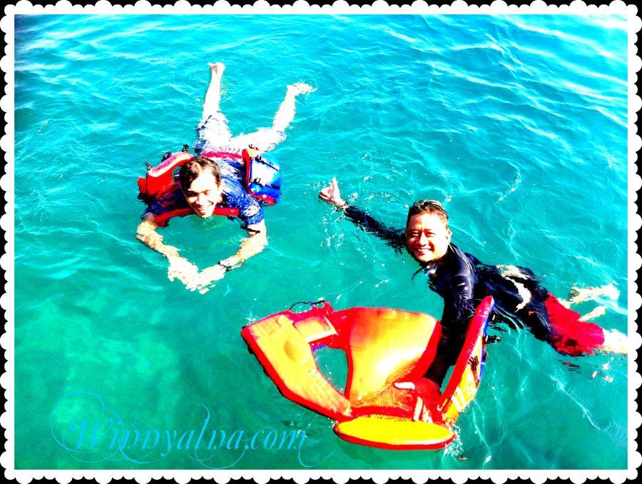 Pak Denni dan Holis snorkeling di Pulau tunda