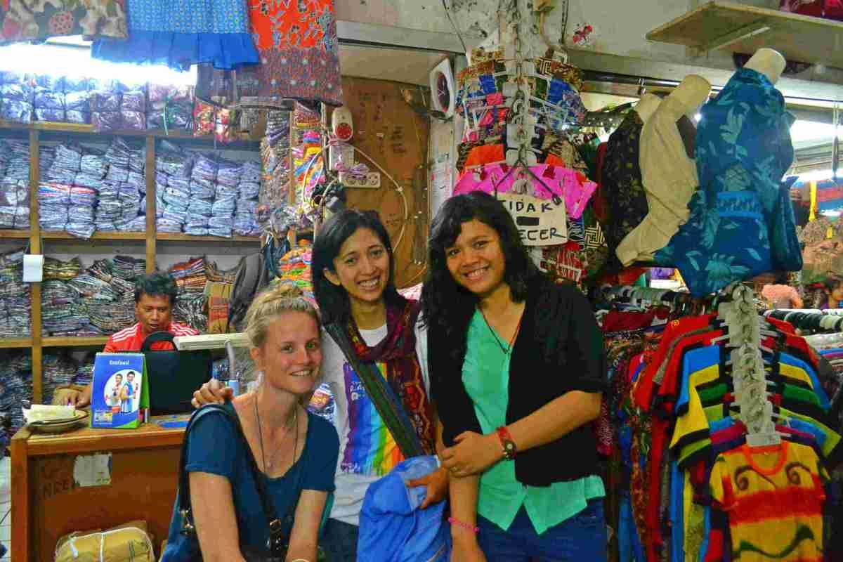 Cecil, Yusmei dan aku di pasar klewer