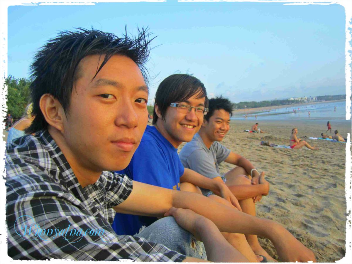 William, Santo, Surya di Pantai Kuta Bali