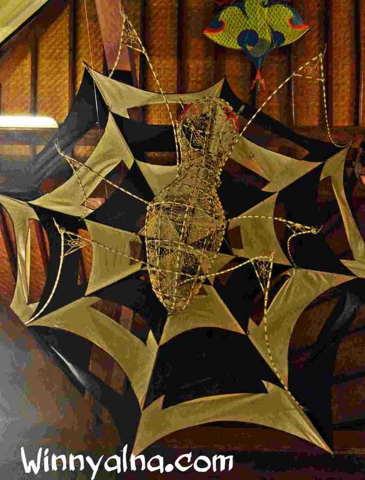 layangan berbentul laba-laba