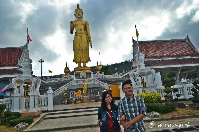Ade dan Sarta di depan standing statue