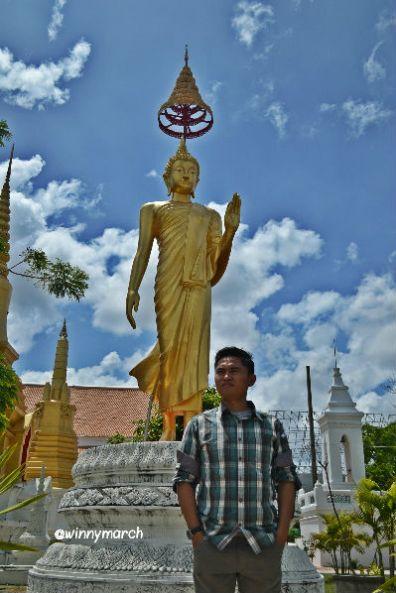 Ade di depan Wat Hat Yai Nai Temple