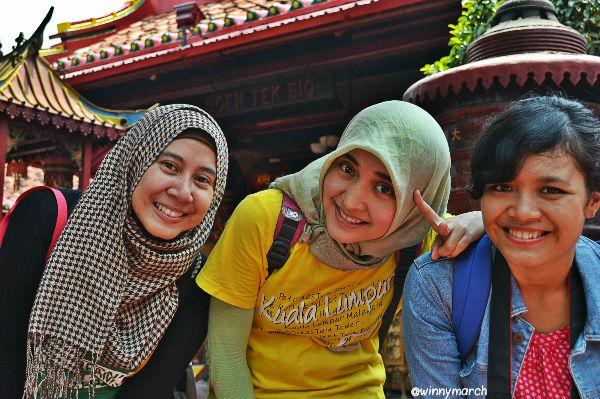 Rinta, Defi dan aku di depan Vihara Boen Tek Bio Tangerang