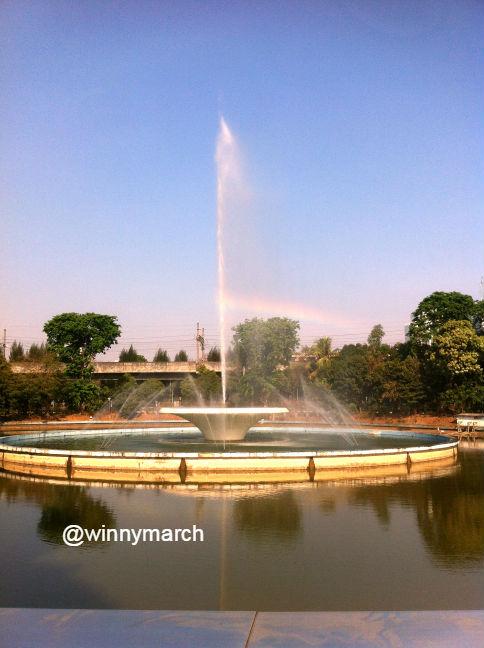 Air mancur di tengah kolam sudut barat daya taman Masjid Istiqlal