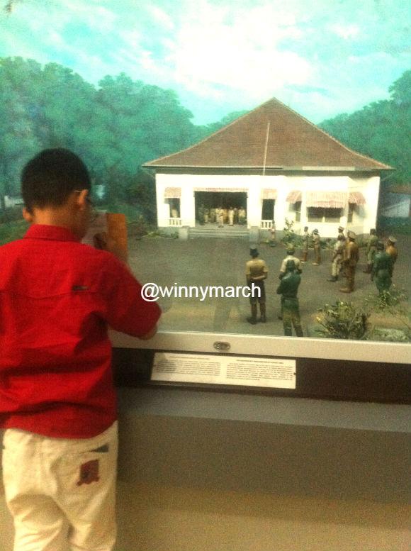 Anak sekolah di Museum Satriamandala