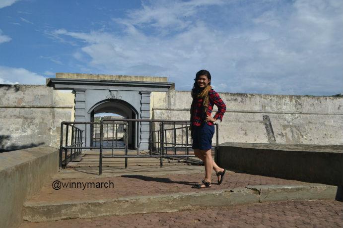 Aku di depan Benteng Marlborough Bengkulu