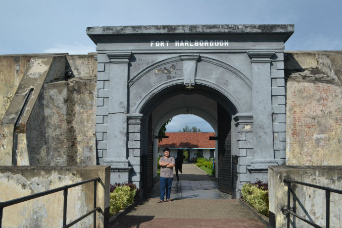Dede di depan Benteng Marlborough