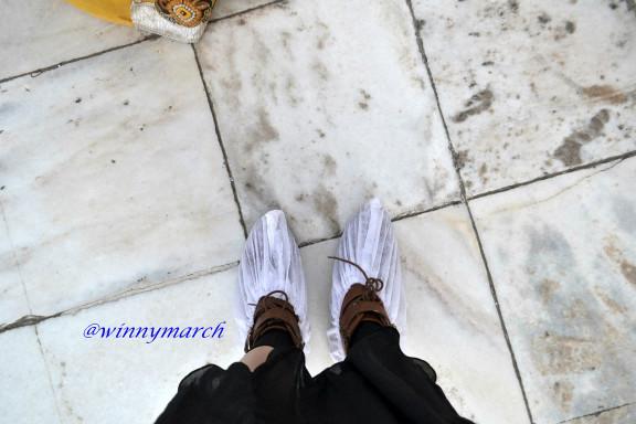 Alas kaki yang harus dipakai di dalam Taj Mahal