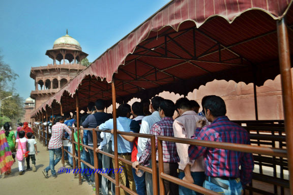 Antrian warga Lokal ke Taj Mahal