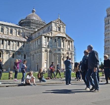 Field of Miracles dengan Baptistry dan Duomo